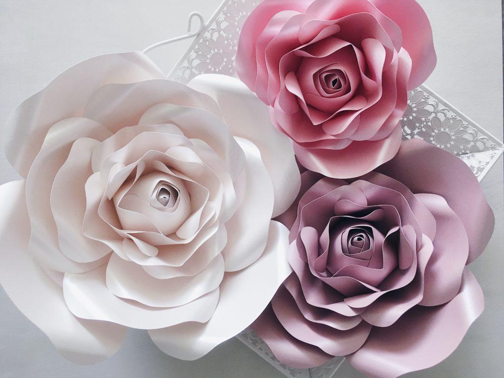 duże papierowe kwiaty - róże na ścianę