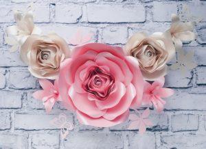 duża róża: jasny róż, mała róża: perłowy. Zestaw lilie, motyle, listki: w kolorach róż