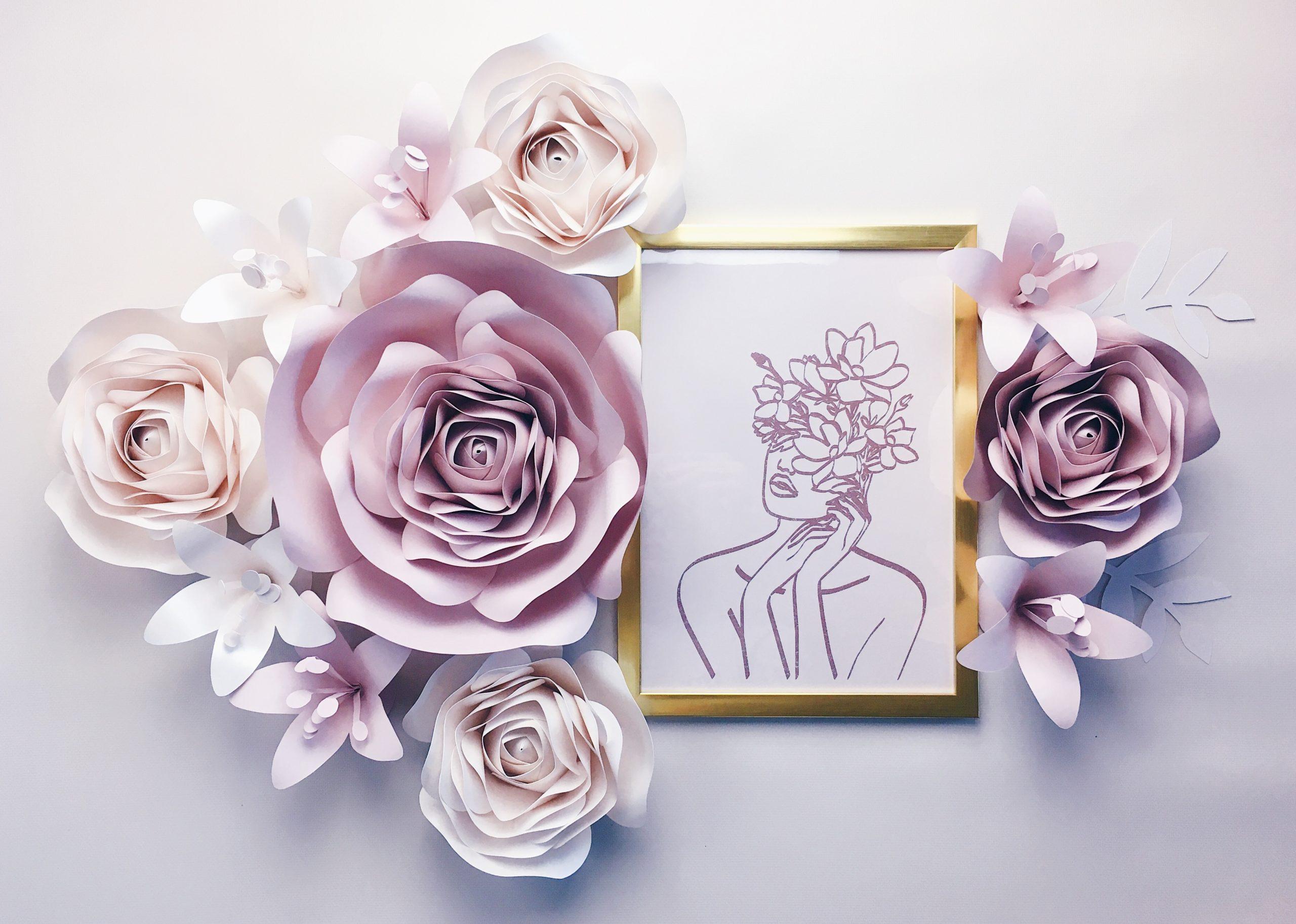 Duże kwiaty kolor nude i perła - dekoracja na ścianę