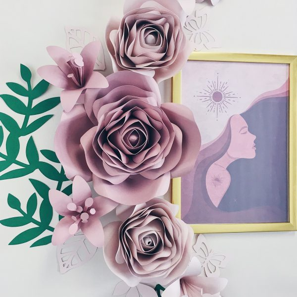 Duże kwiaty z papieru - dekoracje na ścianę